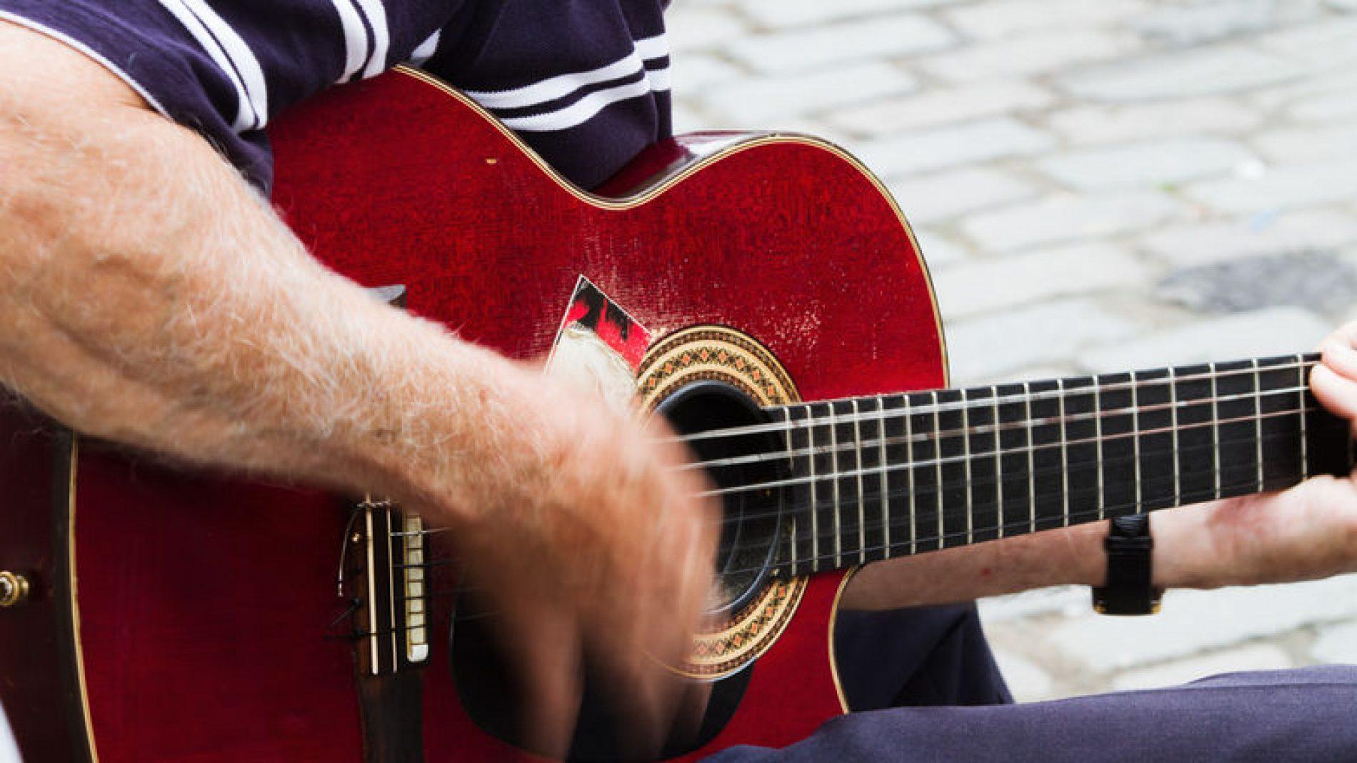 Close-up-on-a-guitar