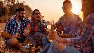 Friends-on-a-beach-drinking-Gk2WRj