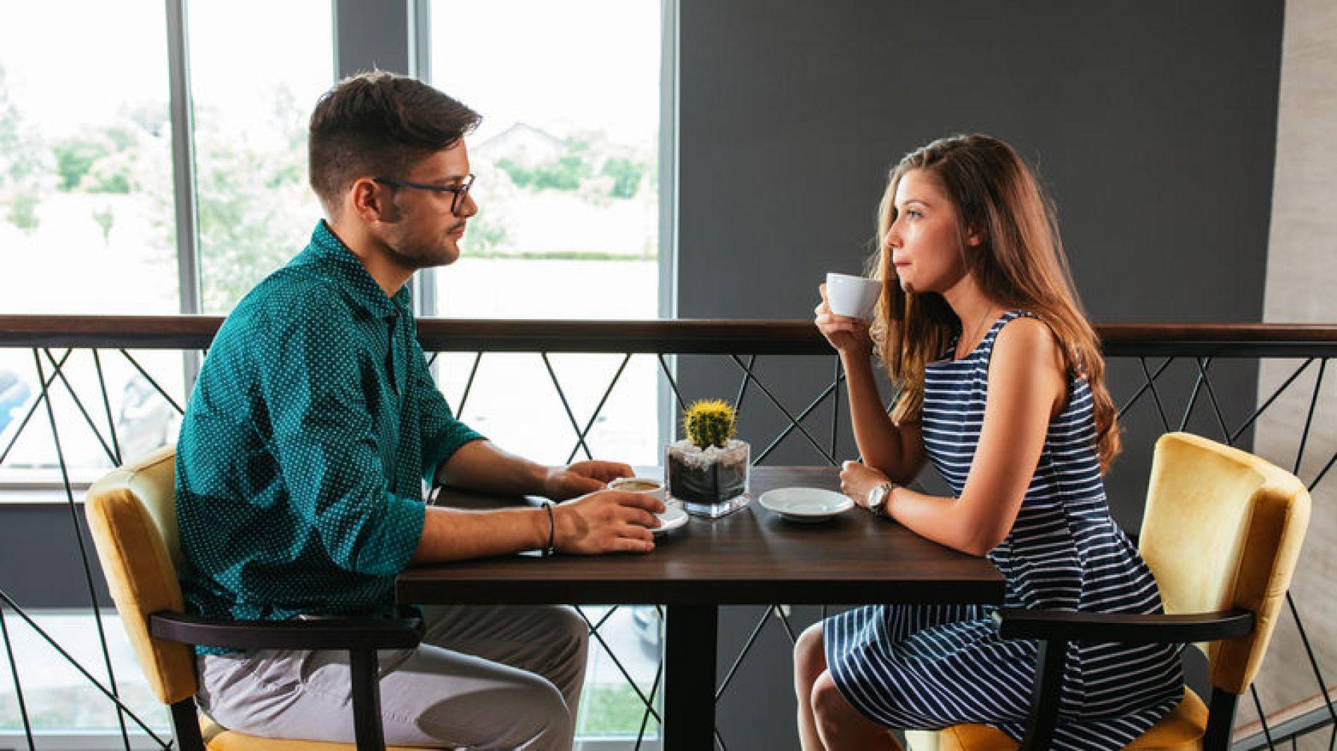 Two-friends-talking-in-a-cafe