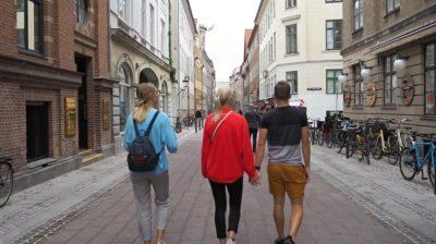 Walking-around-a-European-city-tyIe8U