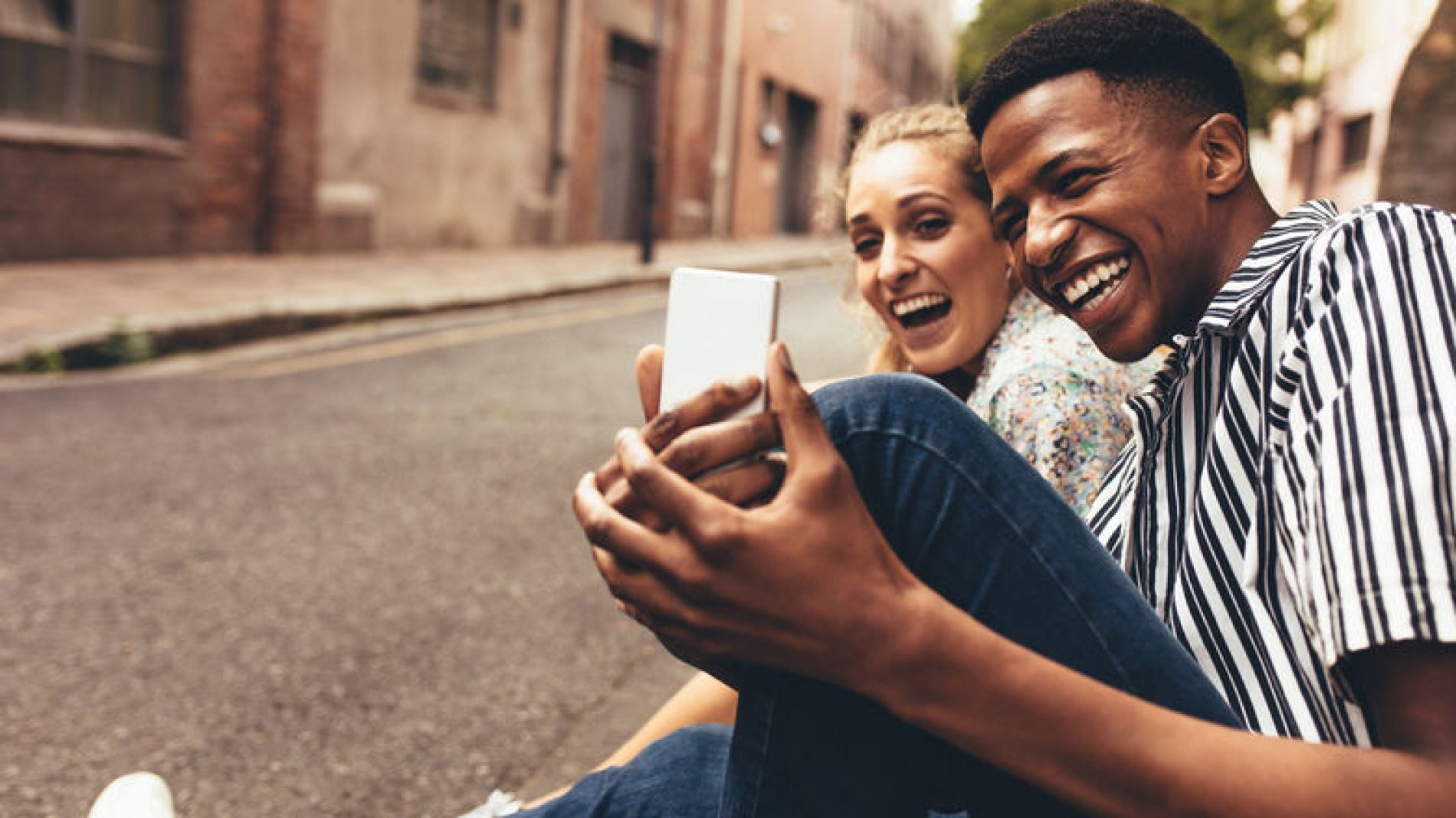 Young-couple-looking-at-phone