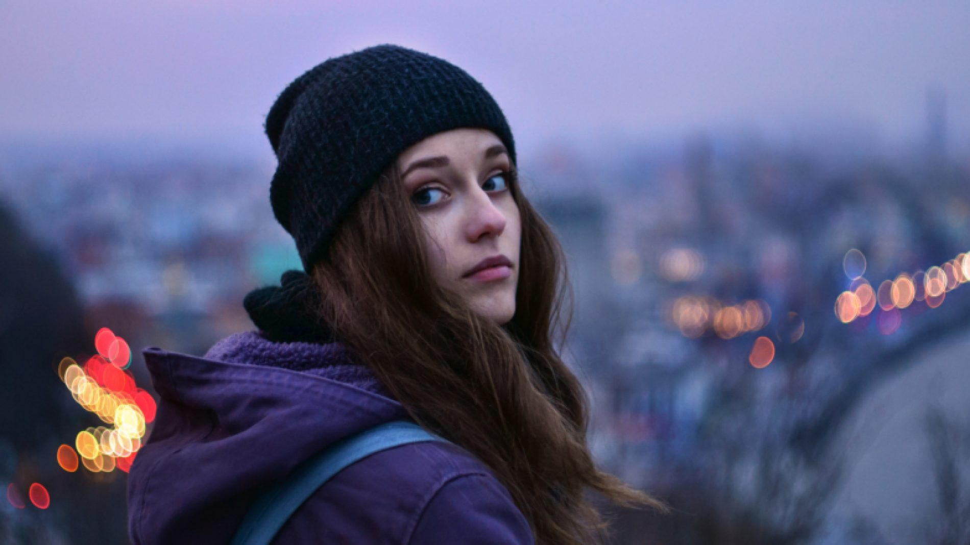 Young-girl-looking-over-her-shoulder-R0W2b7