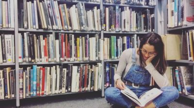 Young-person-in-the-library-studying-rskw5b