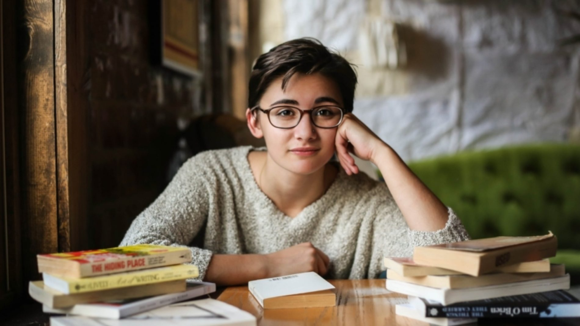Young-students-with-glasses-and-books-BpagCg