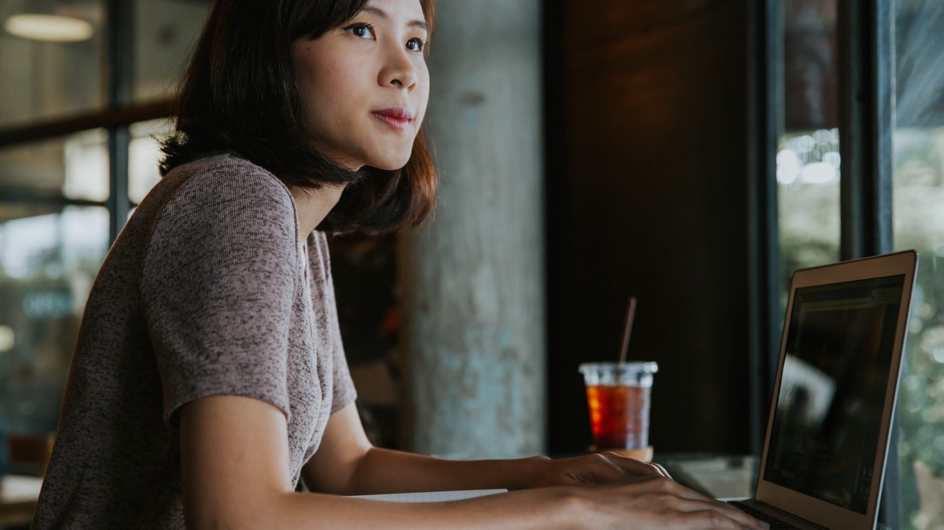 beautiful-young-asian-woman-working-at-a-coffee-shop-with-a-laptop-blogger-freelancer-cafe-laptop_t20_1QYGnO