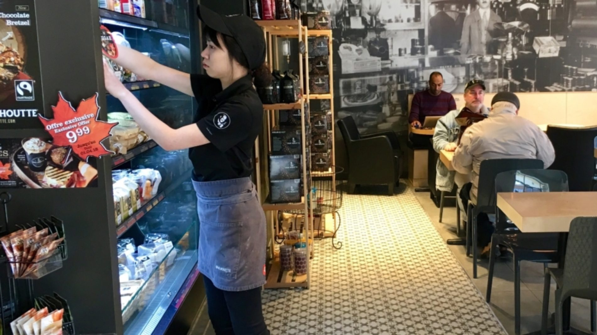 cafe-employee-placing-products-on-the-shelf_t20_8l69gZ-mT7THG