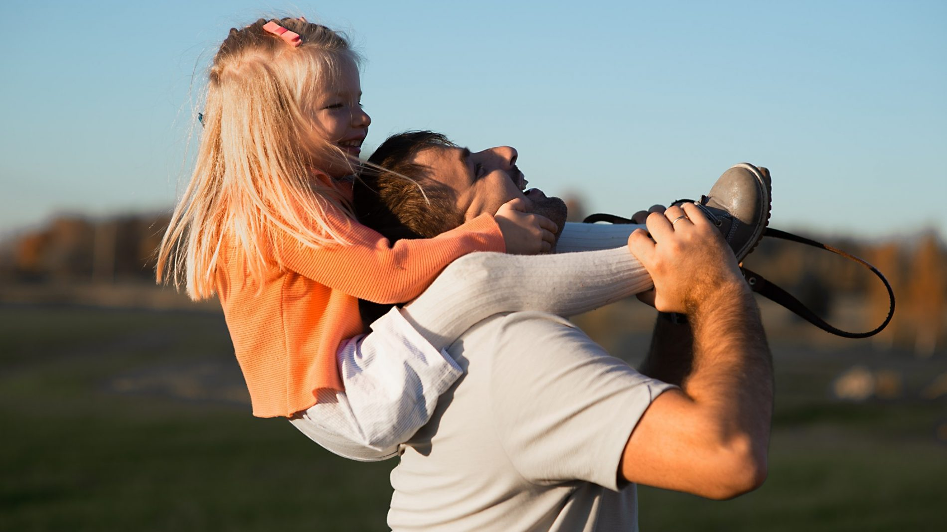 happy-fathers-day-child-girl-and-dad-playing-on-nature-in-summer-field-portrait-fun-family-family-fun_t20_2wlV00
