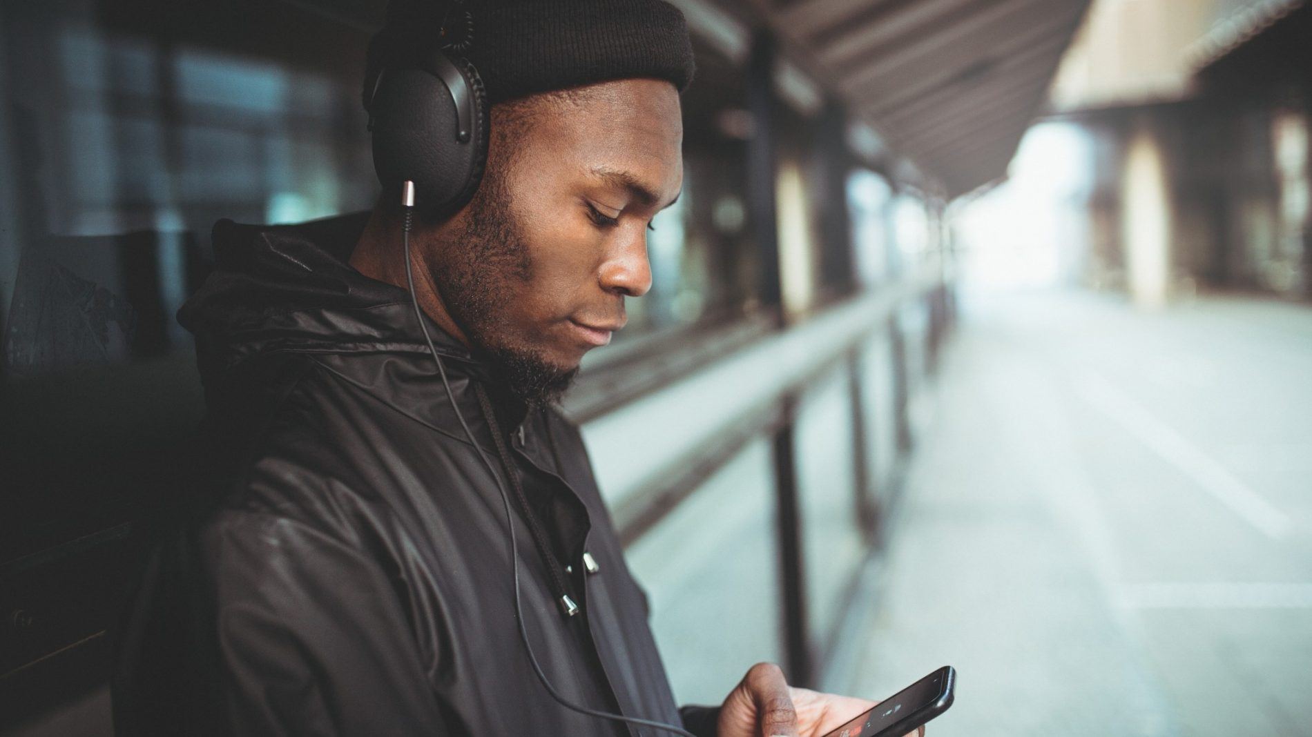 man-is-listening-to-music-with-his-smartphone_t20_vK06Jl