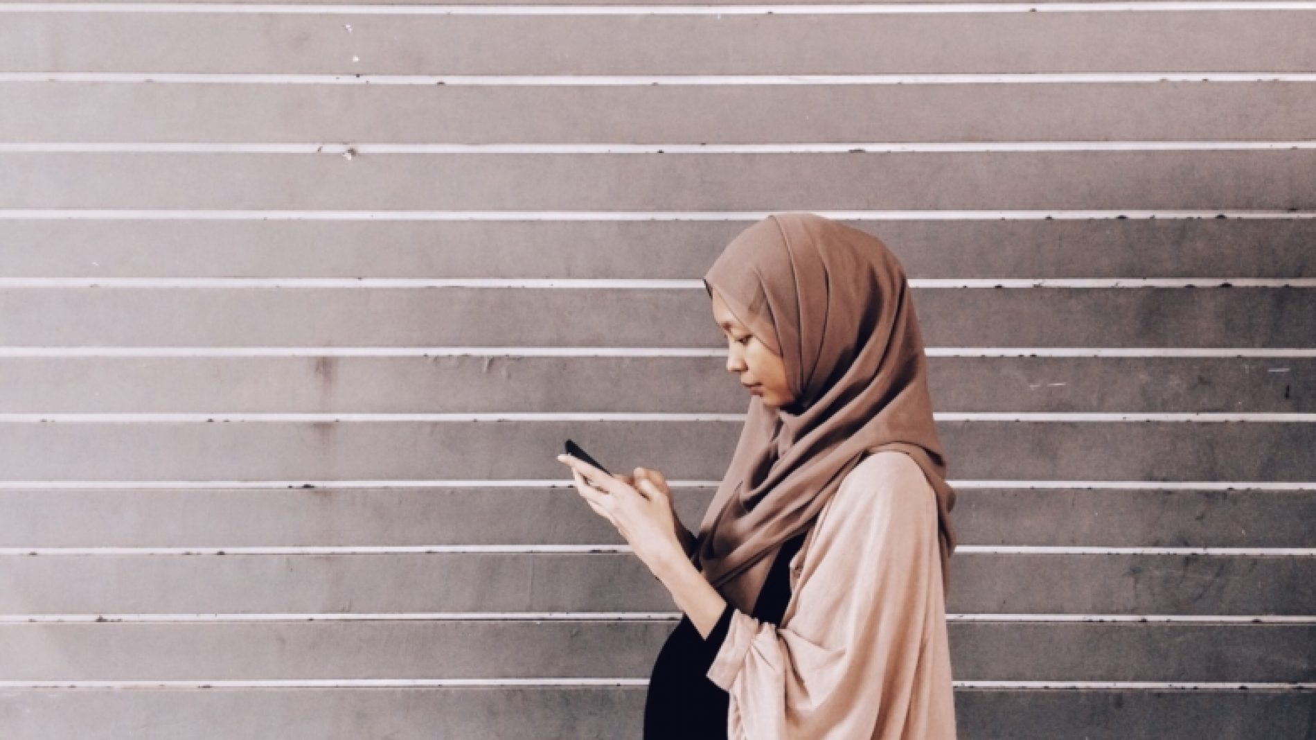 muslim-girl-on-phone-T1YHZf