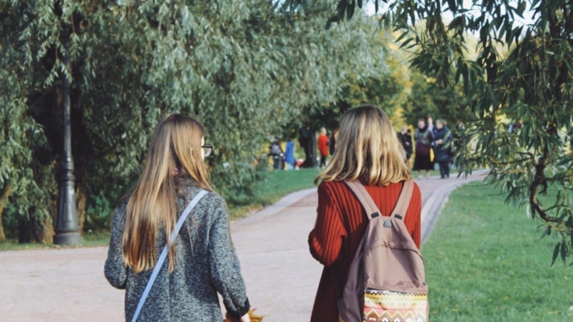 students-in-the-park_t20_VKlkm8