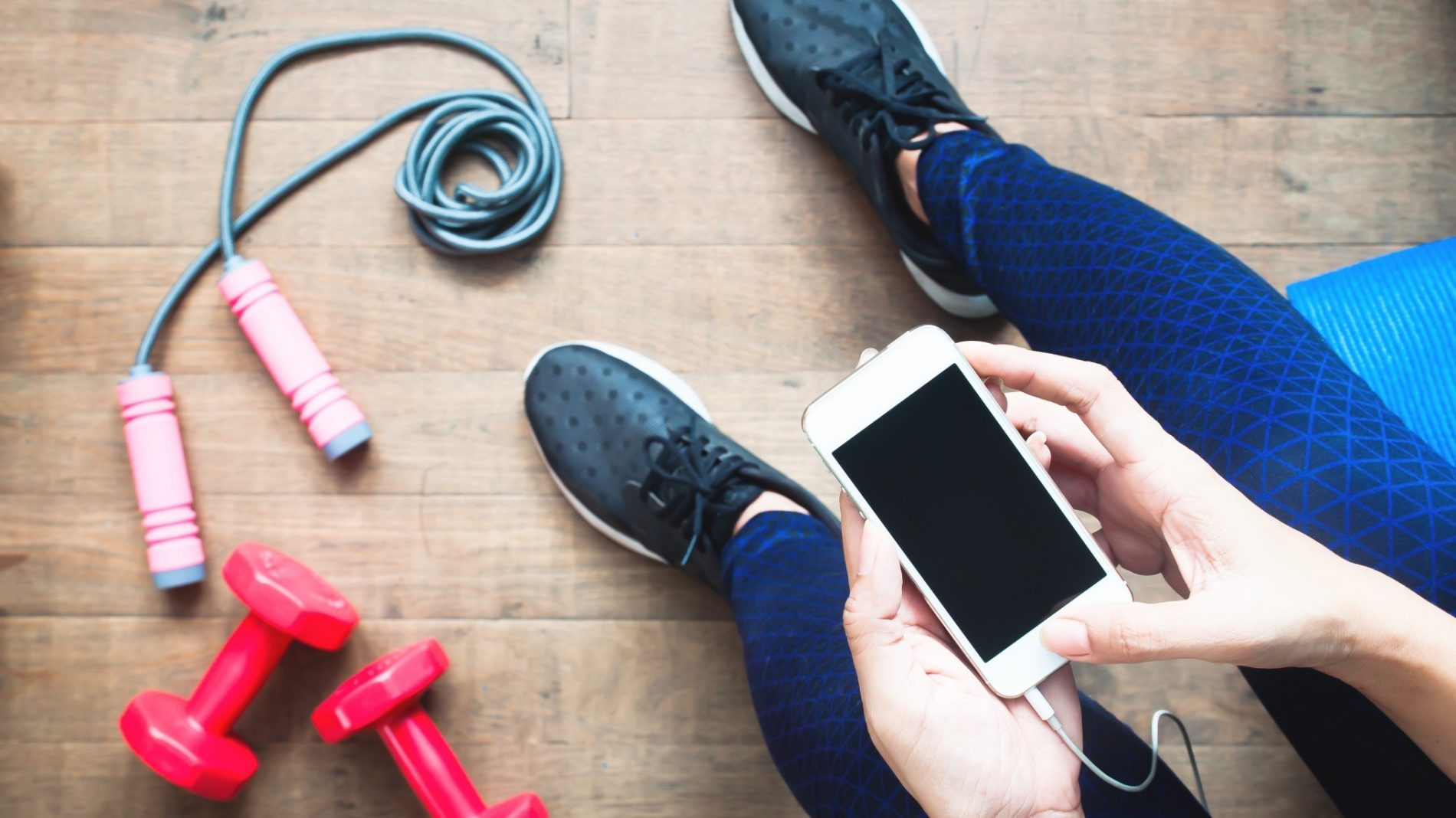 woman-in-fitness-clothing-using-smartphone-fitness-and-diet-healthy-lifestyle-concept_t20_6wL3oL