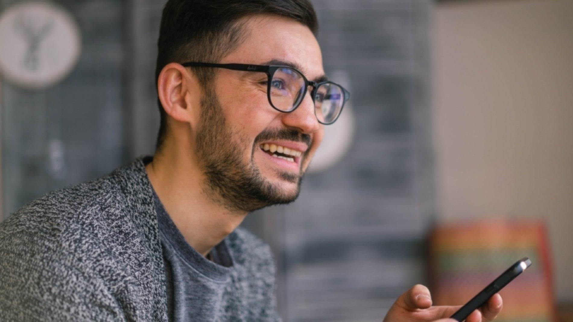 young-man-man-glasses-smiling-man-mobile-device-using-mobile-people-using-mobile-using-mobile-devices_t20_B8LLPZ-EWjfwa