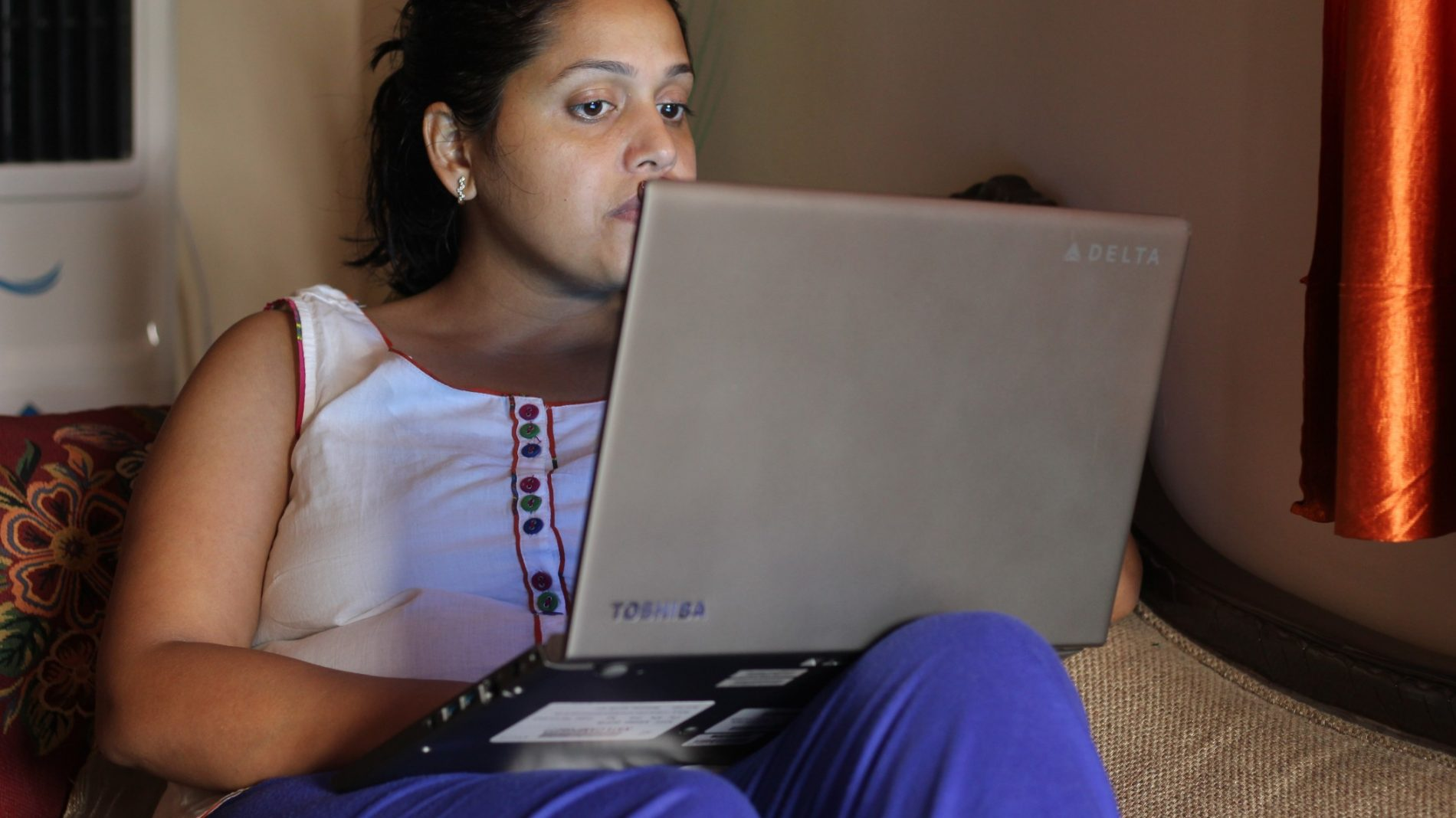 young-woman-working-from-home_t20_W7LPxX