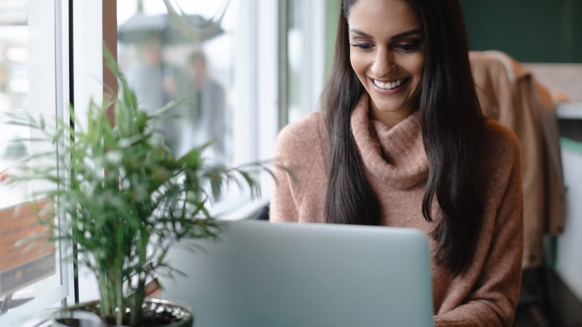 young-woman-working-on-her-laptop-computer_t20_eVjoAa