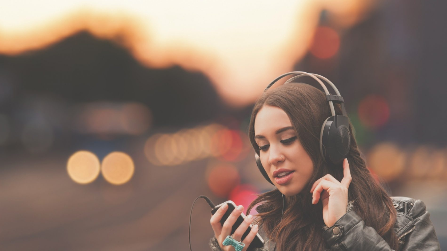 young_woman_music